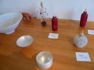 新里明士さんの鉢は雪のイメージ。青木良太さんの作品もクリスマスカラーで。