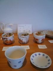中村真由美さんの作品は賑やかなクリスマスパーティにもってこいの華やかな色彩。鈴木明日美さんのスノウ柄そば猪口と薬味皿はカップと小皿にして。