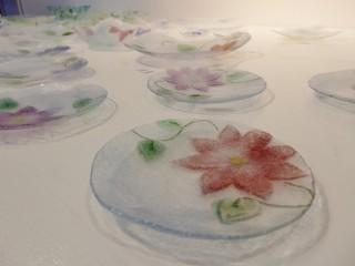 花をモチーフにした作品のピックアップ展示中です。